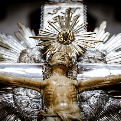 Museu da Misericórdia - Destaque de um cristo crucificado a partir da cintura até o topo da cruz de prata, com cortes no antebraço.