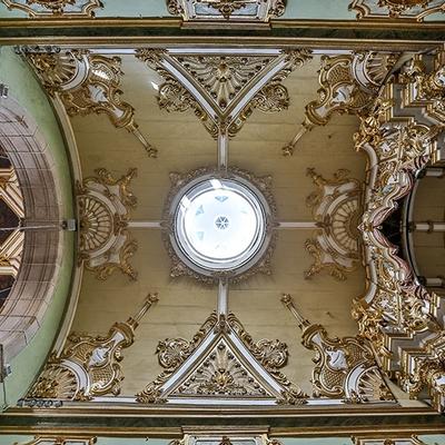 Museu da Misericórdia - Imagem do teto da Igreja da Misericórdia com detalhes da pintura em dourado e cúpula, onde é possível ver o céu claro.