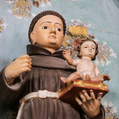 Museu da Misericórdia - Detalhe de uma imagem de Santo Antônio, com o menino Jesus sentado em uma Bíblia apoiado na mão esquerda.