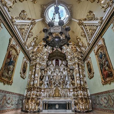 Museu da Misericórdia - Vista do altar da Igreja da Misericórdia com Cristo Crucificado ao fundo, além da representação de Cosme e Damião e quadros nas paredes