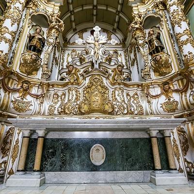 Museu da Misericórdia - Vista do altar da Igreja da Misericórdia com Cristo Crucificado ao fundo, além da representação de Cosme e Damião, um em cada lado